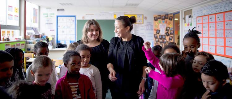 Enseignantes et élèves en classe d'école élémentaire
