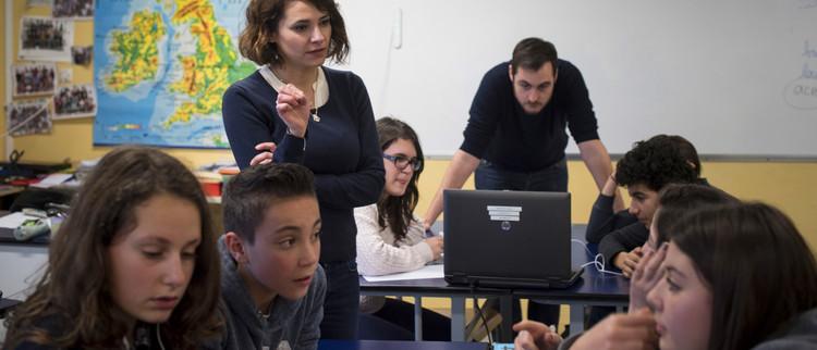 Professeurs et collègiens au cours d'une séance de cours interdisciplinaire