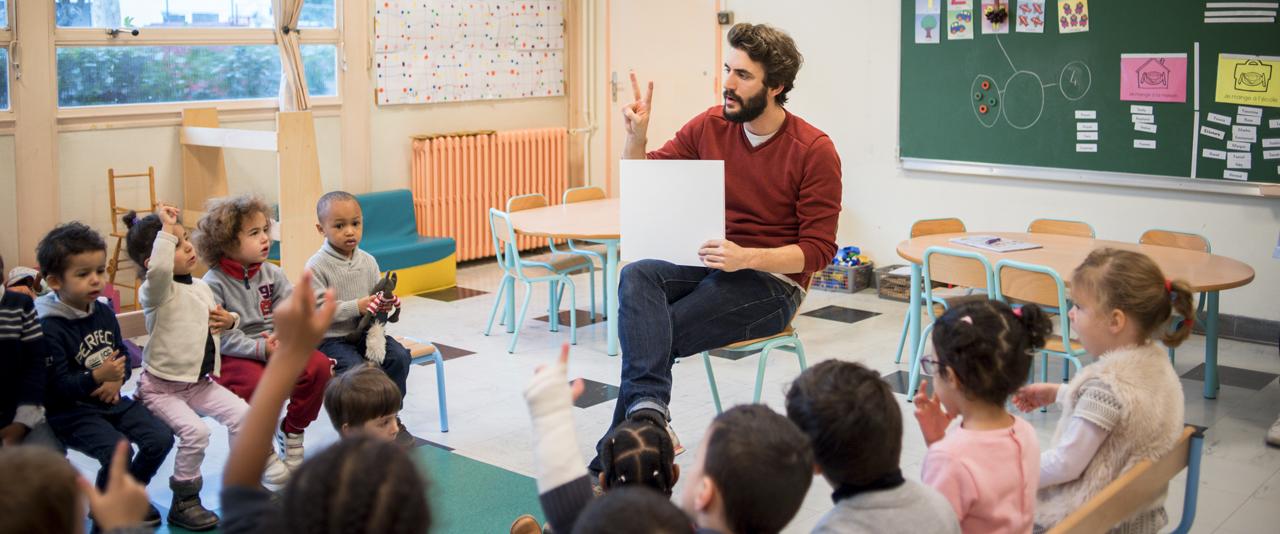 Etudiant fonctionnaire stagiaire en classe de maternelle